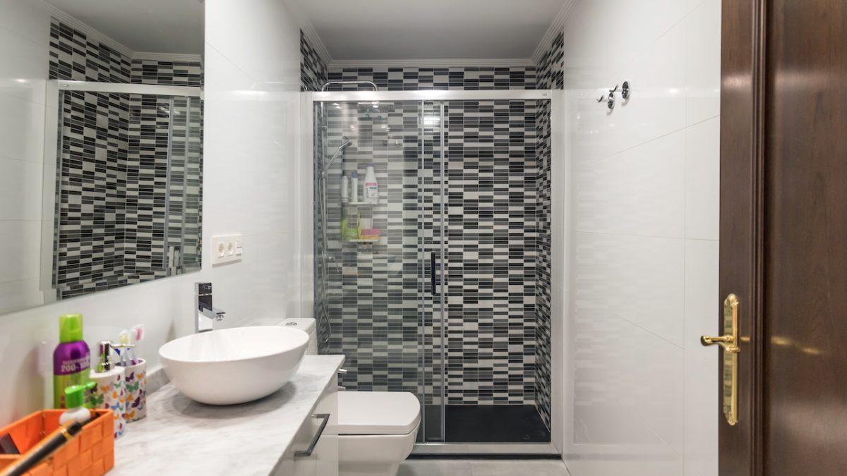 Antes y después de los baños de un proyecto de interiorismo